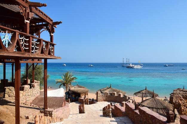 熱帯のビーチへと続く階段 Premium写真