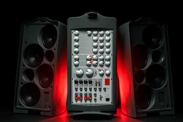 큰 스피커와 앰프가 장착 된 스테레오 오디오 시스템 프리미엄 사진