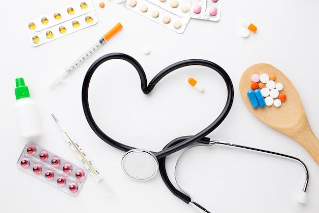 Стетоскоп и медицинские таблетки со шприцем Бесплатные Фотографии