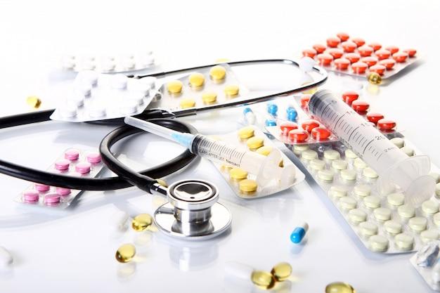 異なる医薬品のものと聴診器 無料写真