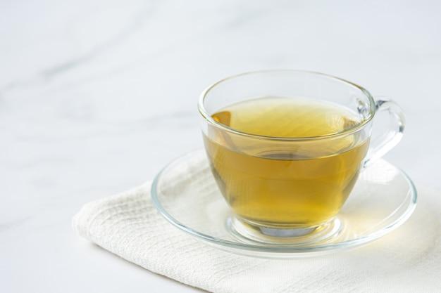 Tè di stevia in una tazza di vetro sul tavolo Foto Gratuite