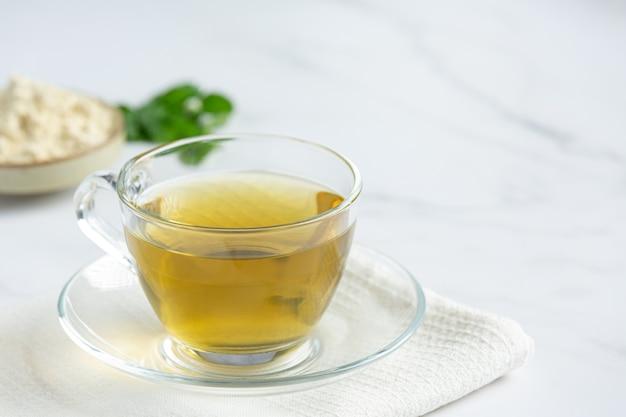 Чай из стевии в стеклянной чашке на столе Бесплатные Фотографии