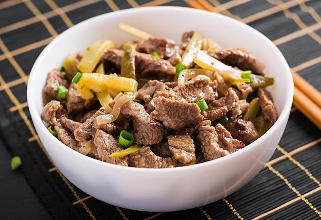牛肉の煮込み、アジアンスタイルのキュウリのピクルスとスパイスを加えた醤油で煮込んだ牛肉。 無料写真