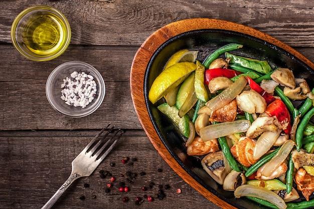 Тушеная курица с овощами и грибами Бесплатные Фотографии