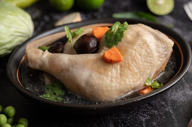 Cosce di pollo in umido, galanga, aglio e limone Foto Gratuite