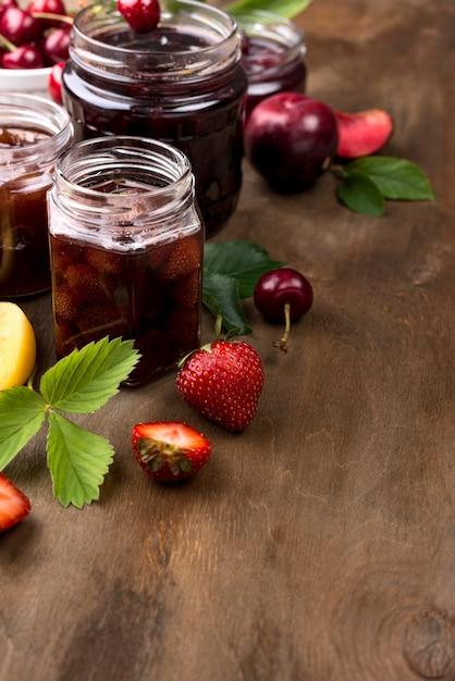 Disposizione angolare dei vasetti di frutta in umido Foto Gratuite