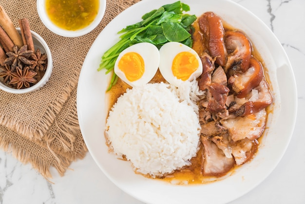 Stewed pork leg with rice Premium Photo