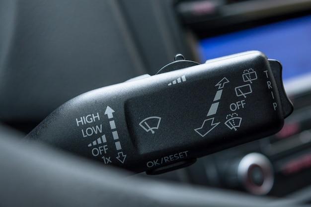 ワイパースイッチ制御のクローズアップ、ワイパー制御。ð車のスクリーンワイパーの速度調整。ワイパー操縦stick Premium写真