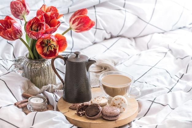 Натюрморт уютный завтрак с кофе и цветами в спальне Бесплатные Фотографии