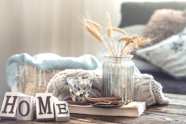 Dettagli di natura morta di interni domestici su un tavolo di legno Foto Gratuite