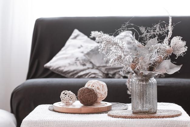 Детали натюрморта северной гостиной с черным диваном и декором в гостиной. Premium Фотографии
