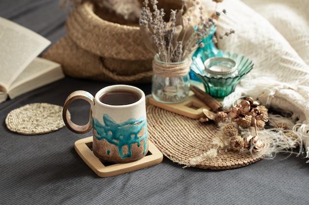 美しい手作りのセラミックカップのある居心地の良い部屋での静物。 無料写真