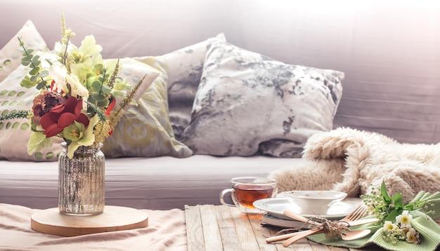 집 거실에 장식 항목이있는 정물 인테리어 무료 사진