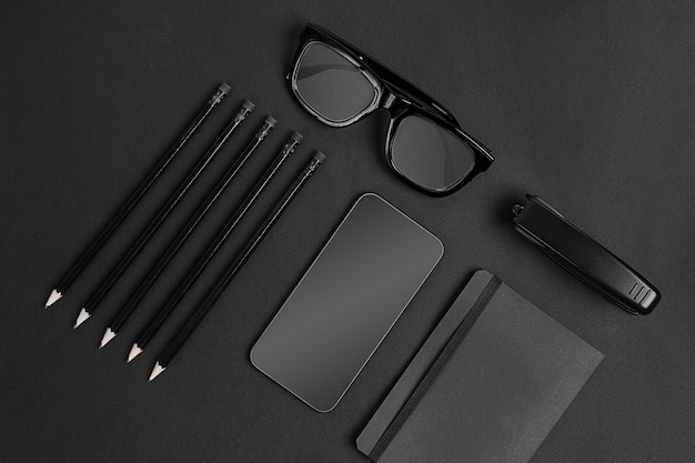 ブラックブランディングの静物。黒い背景に黒いもの Premium写真