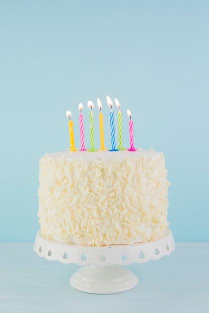 おいしいバースデーケーキのある静物 Premium写真