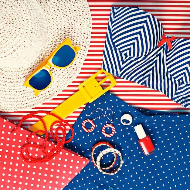 Натюрморт женской пляжной тематической одежды Premium Фотографии