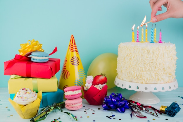 Still life of tasty birthday cake with presents Free Photo