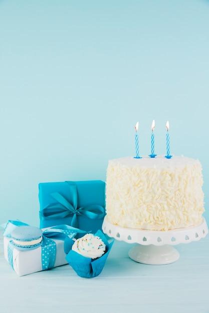 Still life of tasty birthday cake with presents Free Photo