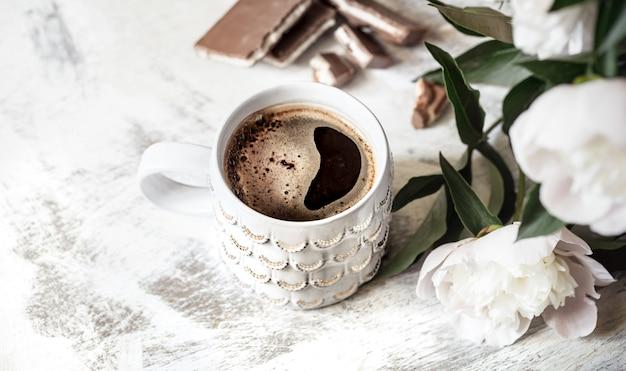 Натюрморт с чашкой кофе и цветами Бесплатные Фотографии