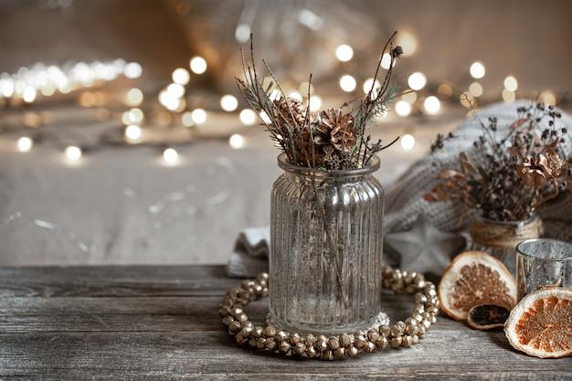 Натюрморт с декоративной стеклянной вазой на размытом фоне с боке. концепция домашнего декора для дома. Бесплатные Фотографии