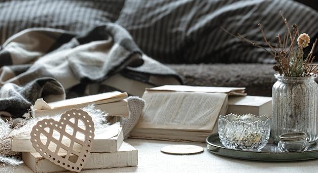 Натюрморт с декоративным сердцем, книги и уютные домашние вещи. Бесплатные Фотографии