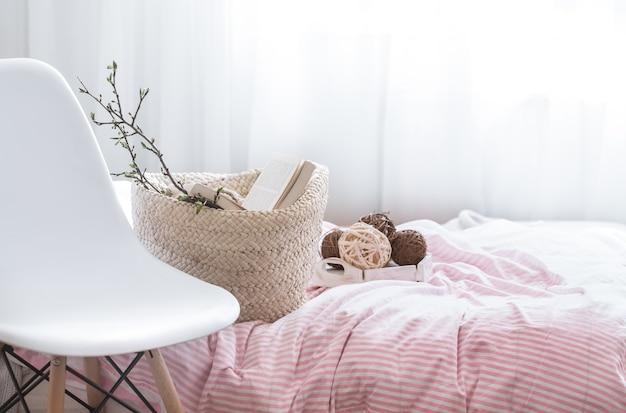 Натюрморт с деталями домашнего декора в уютном интерьере комнаты Бесплатные Фотографии