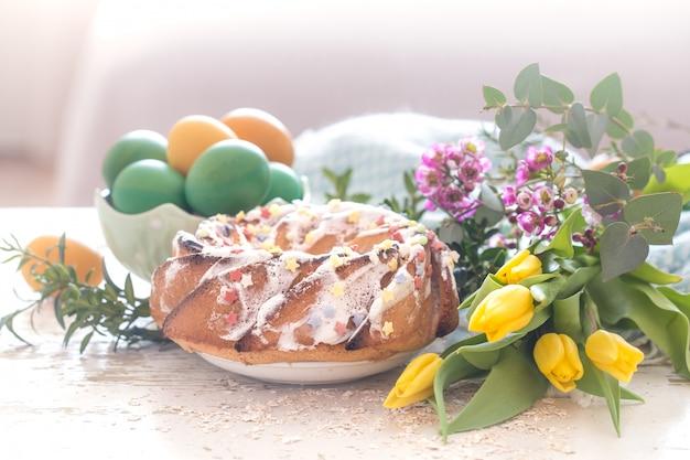 イースターケーキと着色された卵のある静物 無料写真
