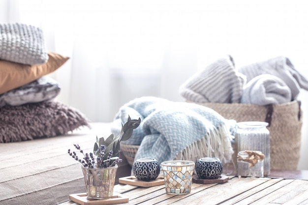 Still life with home decor elements on the table Free Photo