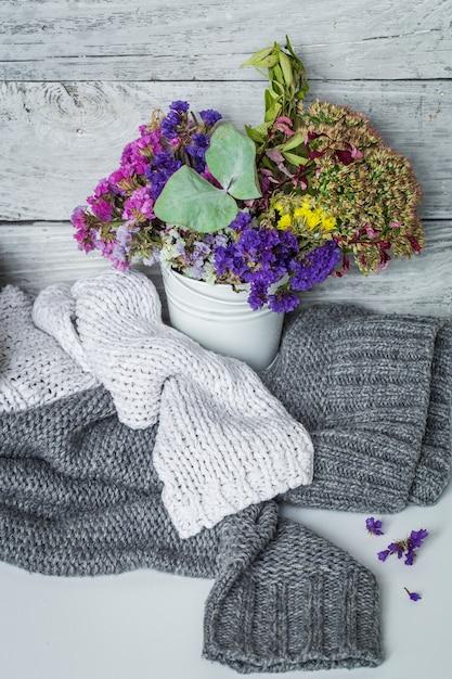赤いカップの花とレモンのある静物 無料写真