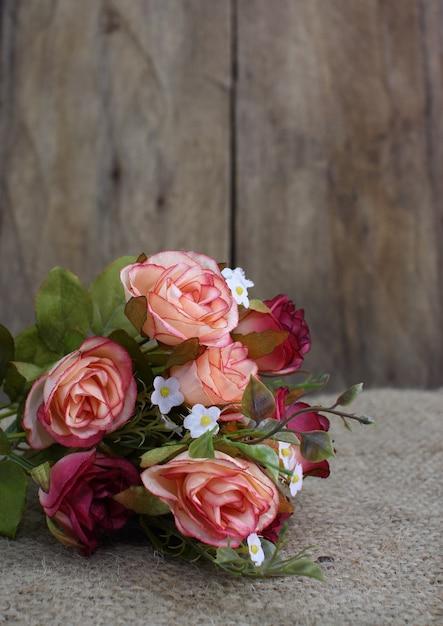 Натюрморт с букетом роз и деревянным пространством Premium Фотографии