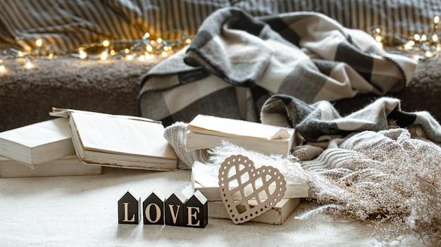 Натюрморт с декоративным словом любовь, книги и уютные вещи. Бесплатные Фотографии