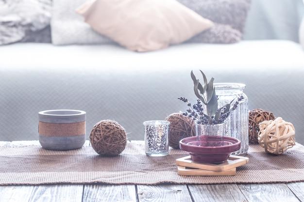 居心地の良いインテリアのさまざまな詳細のある静物、枕付きのソファを背景に、家の快適さのコンセプト 無料写真