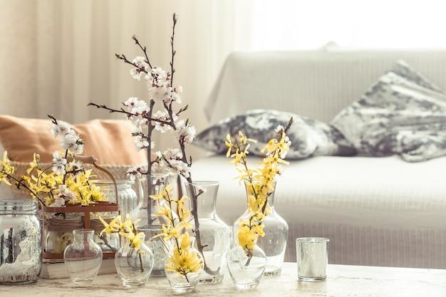 Натюрморт с вазами с весенними цветами в гостиной Бесплатные Фотографии