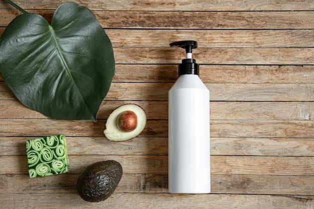 디스펜서, 천연 비누 및 아보카도가있는 흰색 모형 병이있는 정물. 유기농 화장품과 미용 개념. 무료 사진