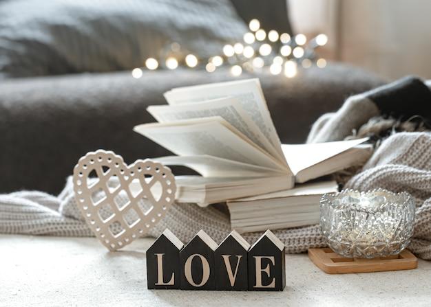 Натюрморт с деревянным словом любовь, книги и уютные предметы Бесплатные Фотографии