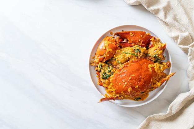 Жареный краб с порошком карри - стиль морепродуктов Premium Фотографии