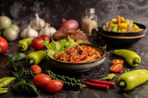 Жареная паста карри с ростками бамбука и свиным фаршем Бесплатные Фотографии