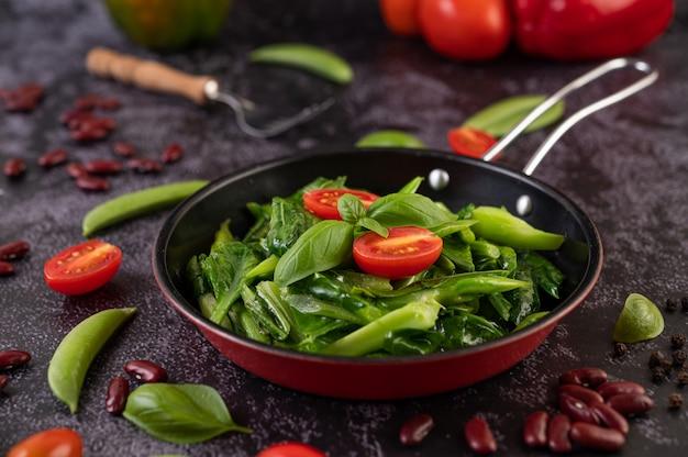 Жареная капуста в устричном соусе на сковороде. Бесплатные Фотографии