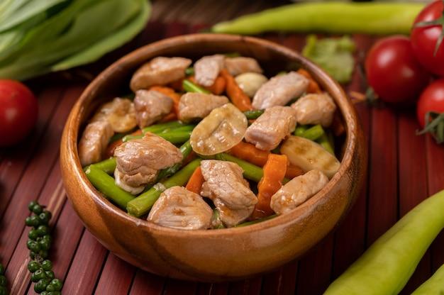 Жареные овощные смеси, содержащие зеленый горошек, морковь, грибы, кукурузу, брокколи и свинину. Бесплатные Фотографии