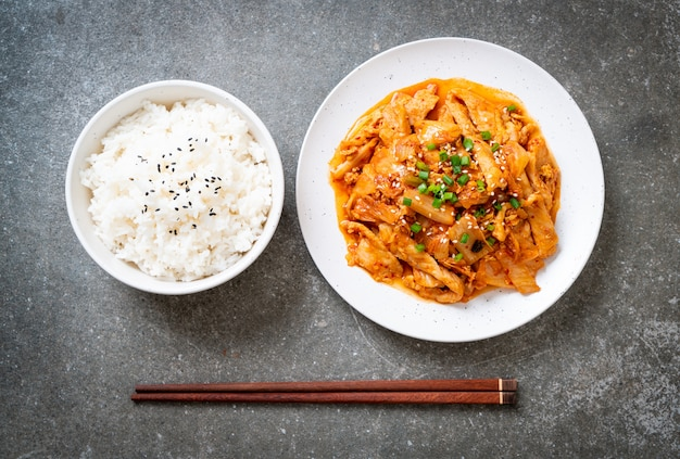 Stir fried pork with kimchi Premium Photo
