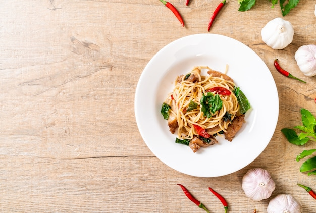 Stir-fried spaghetti with chicken and basil Premium Photo