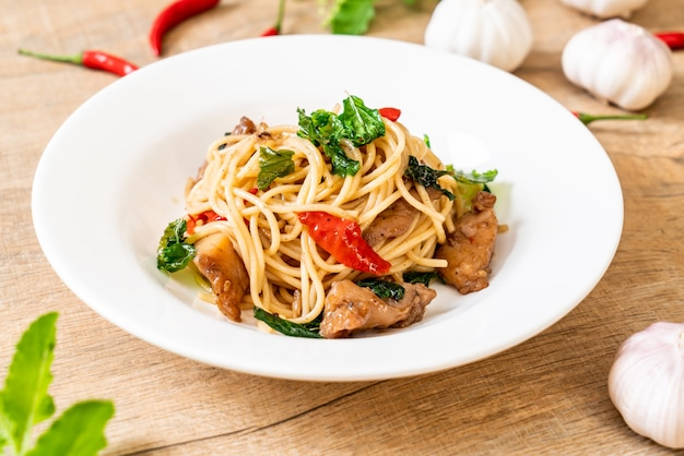 Stir-fried spaghetti with chicken and basil Premium Photo