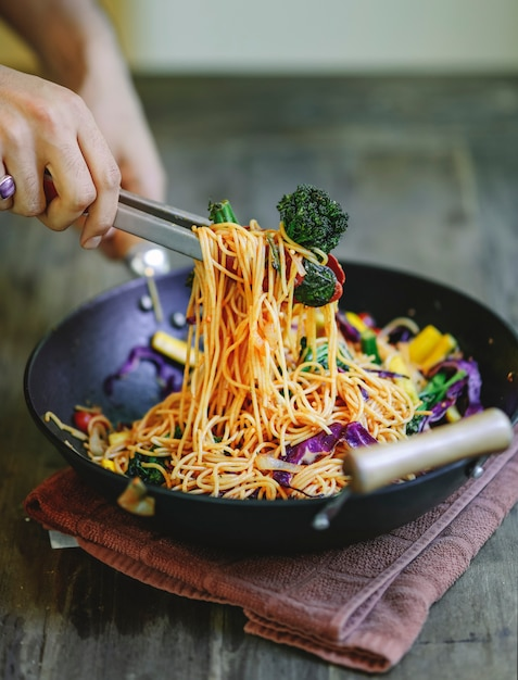 Stir fried spaghetti with organic vegetables Premium Photo