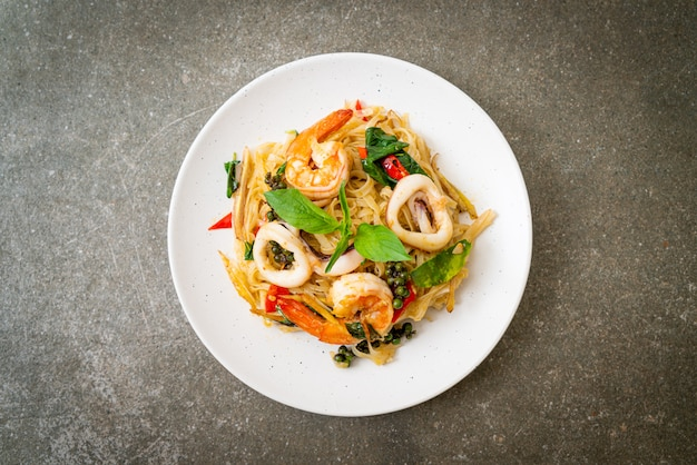Stir fried spicy noodles with sea food Premium Photo