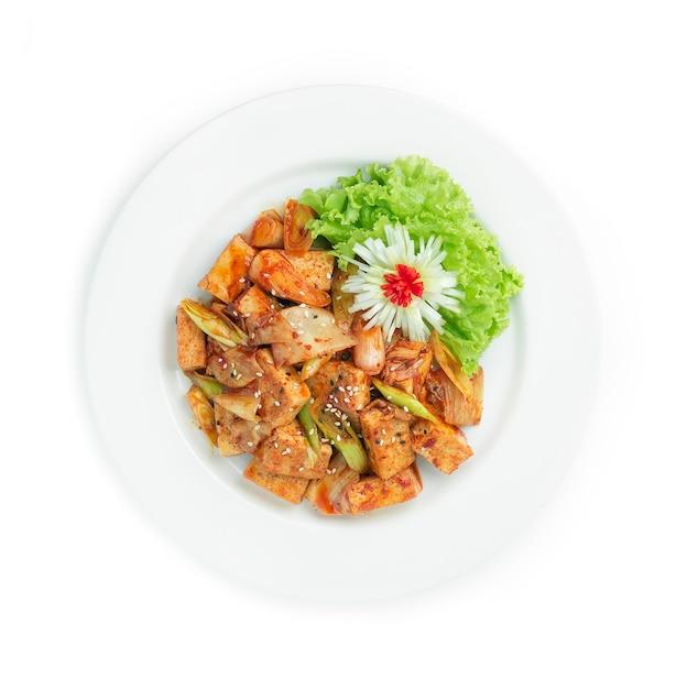 김치와 부추를 곁들인 볶음 두부 한식 프리미엄 사진