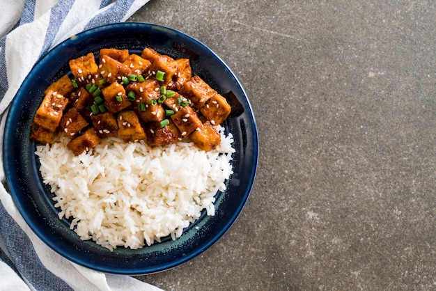 Stir fried tofu with spicy sauce on rice Premium Photo