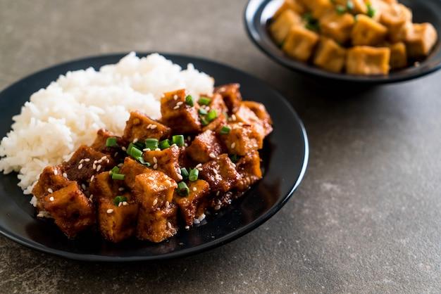 Stir fried tofu with spicy sauce on rice Premium Photo