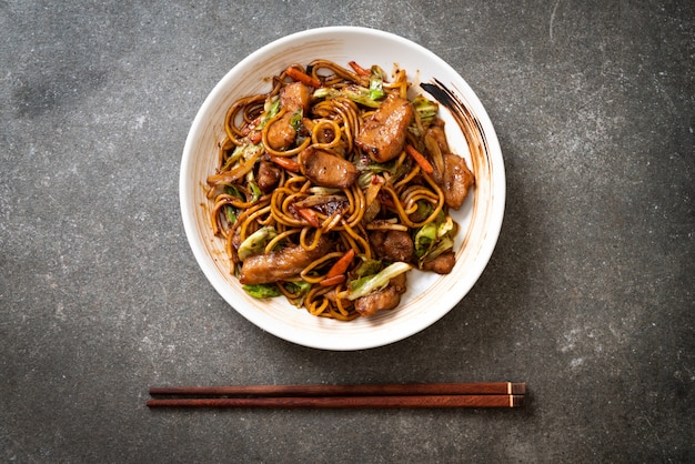 Stir-fried yakisoba noodle with pork Premium Photo