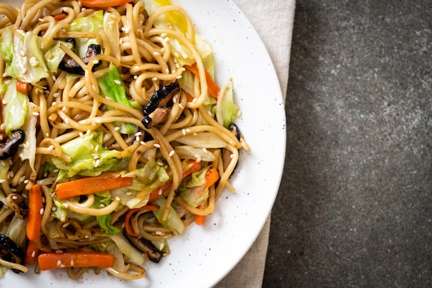 Stir-fried yakisoba noodle with vegetable Premium Photo