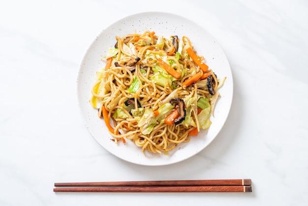 Stir-fried yakisoba noodle with vegetable Premium Photo
